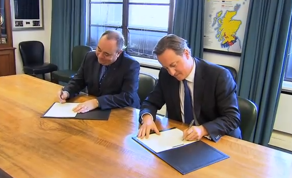 Alex Salmond and David Cameron signing the agreement